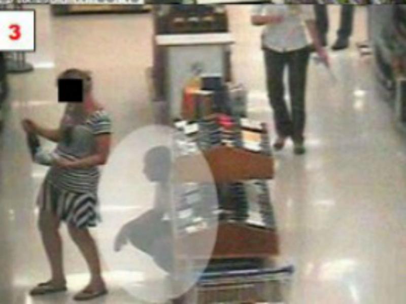 Brasileiro segue e espia mulheres em supermercado (Reprodução)