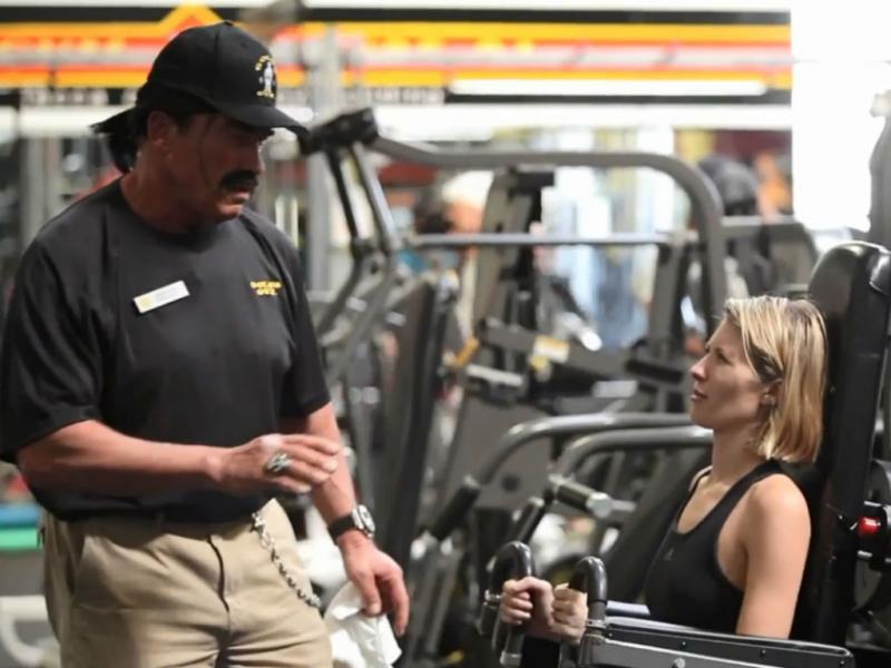 Arnold Schwarzenegger disfarça-se de instrutor de fitness (Reprodução YouTube)