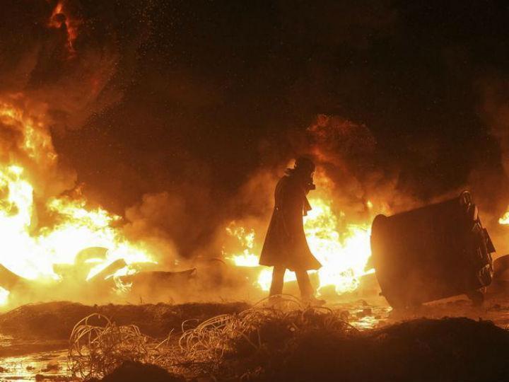 Manifestantes na Ucrânia impedem avanço da polícia com «escudo» de fogo [Reuters]