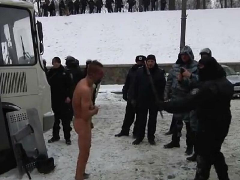 Kiev: polícia obriga prisioneiro a andar completamente nu na neve (FOTO YouTube)