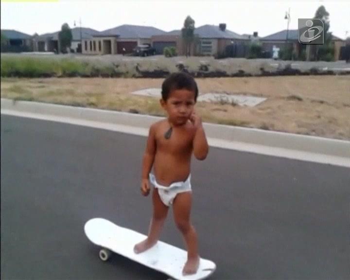 Bebé de dois anos anda de skate com a perícia de um adulto