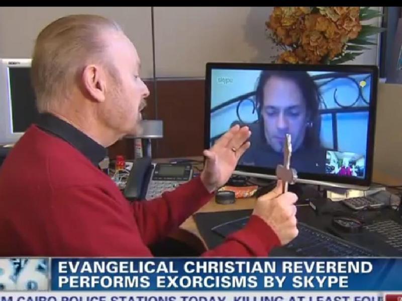 Ele faz exorcismos através do Skype