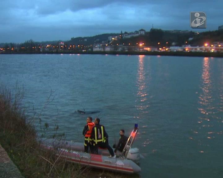Homem salvo de carro que caiu ao Mondego