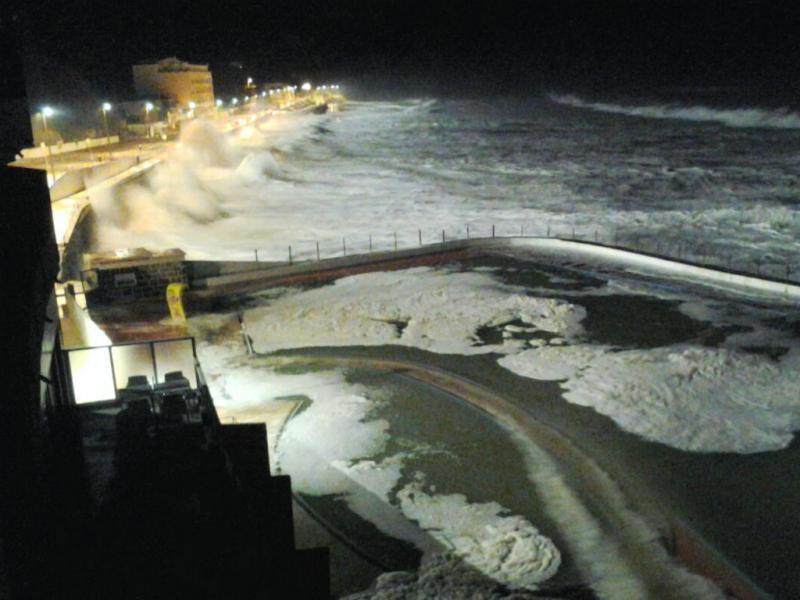 Ondas gigantes varrem costa - Paria das Maçãs (Foto:euvi@tvi.pt/Filipa Scarpa)