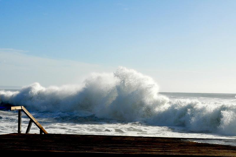 Ondas gigantes varrem costa - Caparica (Foto:euvi@tvi.pt/Nuno Almeida)