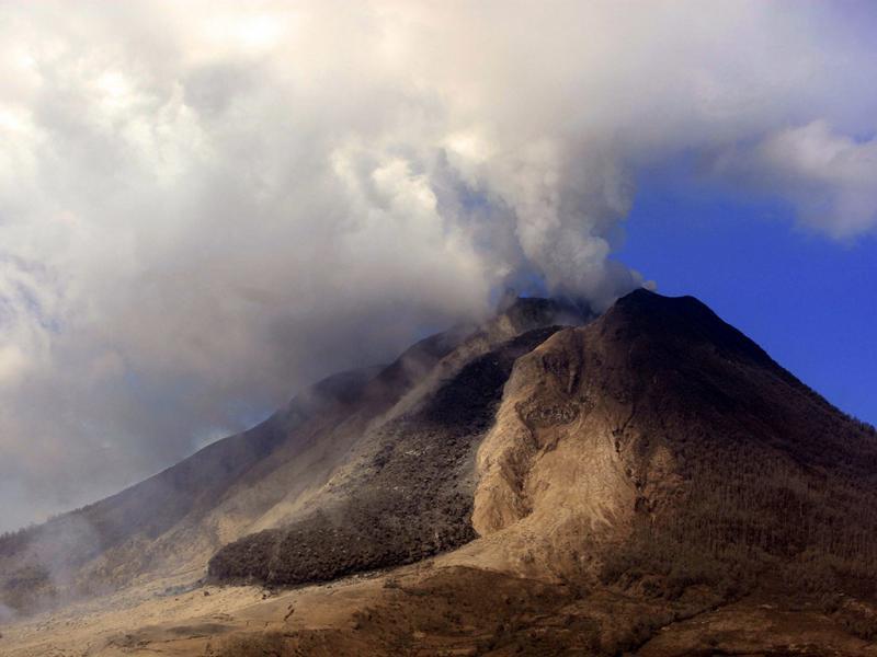 Erupção do Sinabung, na Indonésia, matou 15 pessoas. Vulcão continua a deitar cinzas a vários quilómetros de distância (lusa)