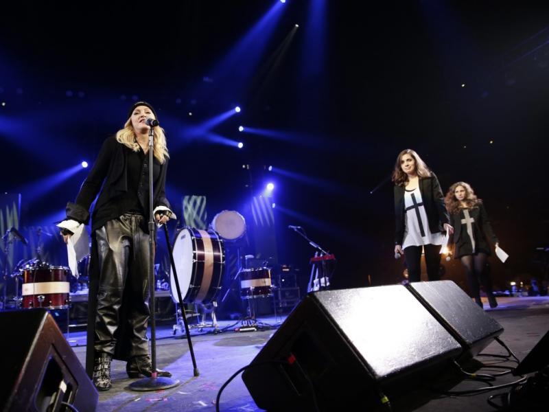Madonna, Nadejda Tolokonnikova e Maria Alekhina no concerto da Amnistia Internacional, em Nova Iorque (EPA)