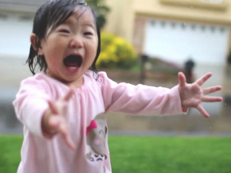 Menina nos EUA encantada com a chuva (Reprodução Youtube)