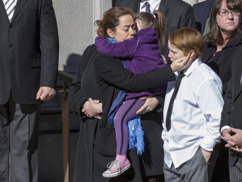 Mimi O`Donnell, ex-companheira de Philip Seymour Hoffman, e os filhos Willa e Cooper, no funeral do ator (Reutes)
