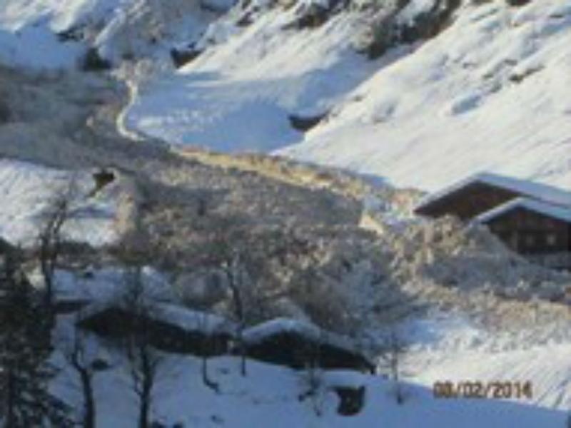 Avalanche avança sobre aldeia em Itália (Reprodução Youtube)