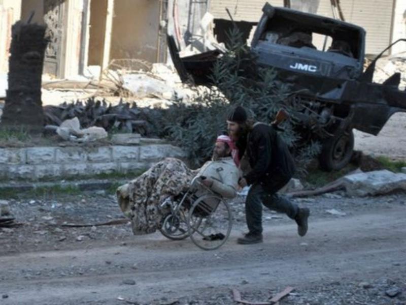 Síria: centenas de civis saem de Homs a pé (Reuters)