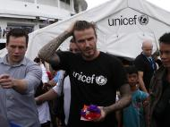 David Beckham visita vítimas do Tufão Haiyan (EPA)