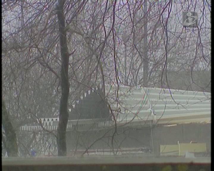 Telhado de escola obriga a evacuação de 600 alunos