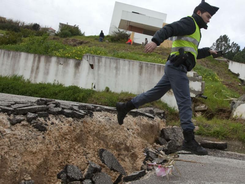 Deslizamento de terras desaloja família em Cortes, leiria (LUSA)