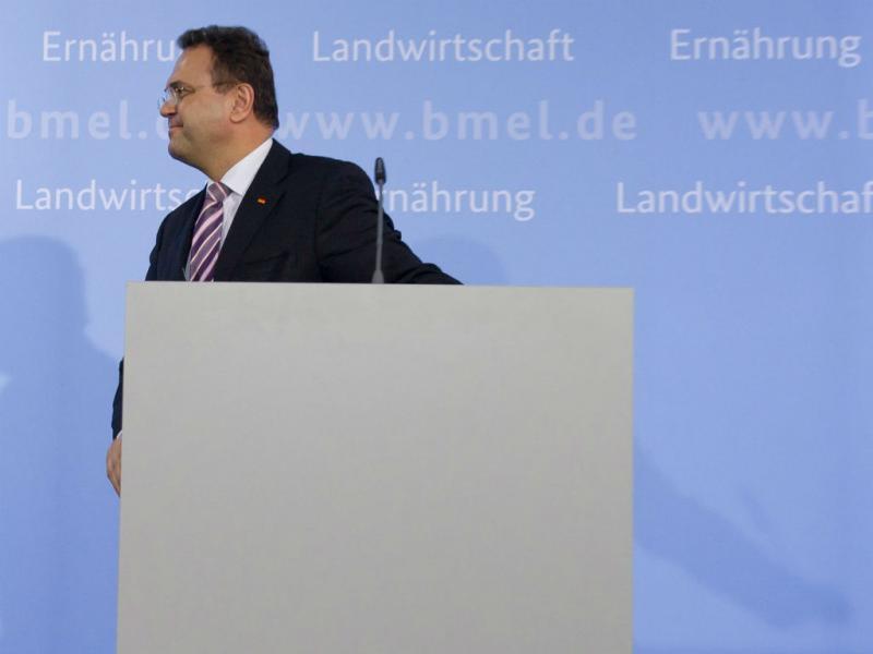 Hans-Peter Friedrich anuncia demissão em conferência de imprensa em Berlim (EPA/Tim Brakemeier)