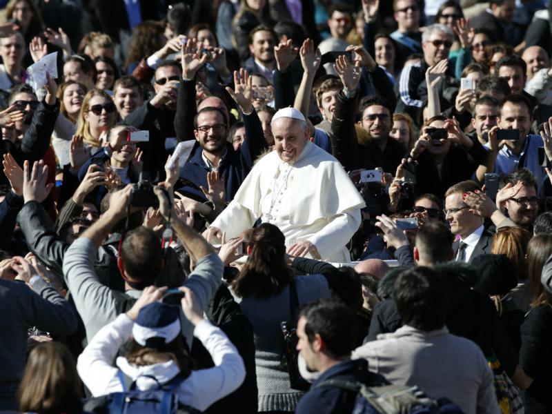Papa Francisco recebe casais no Vaticano [Reuters]