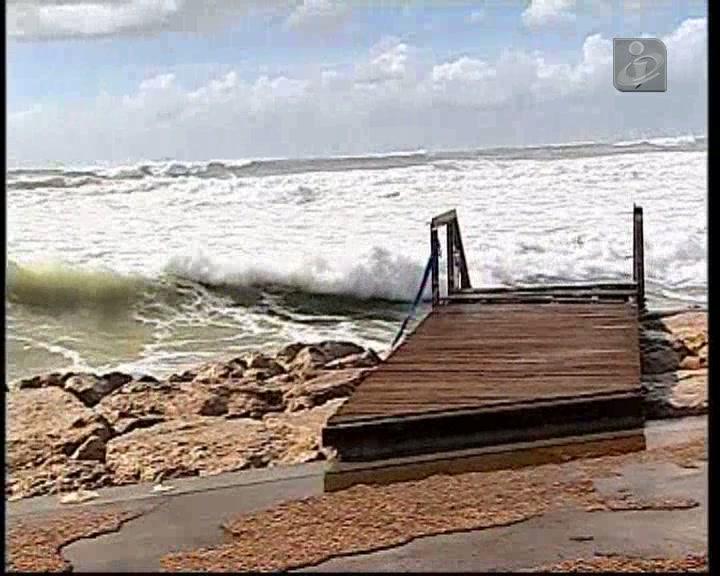Caparica: mar galga paredão e «leva» tudo à frente