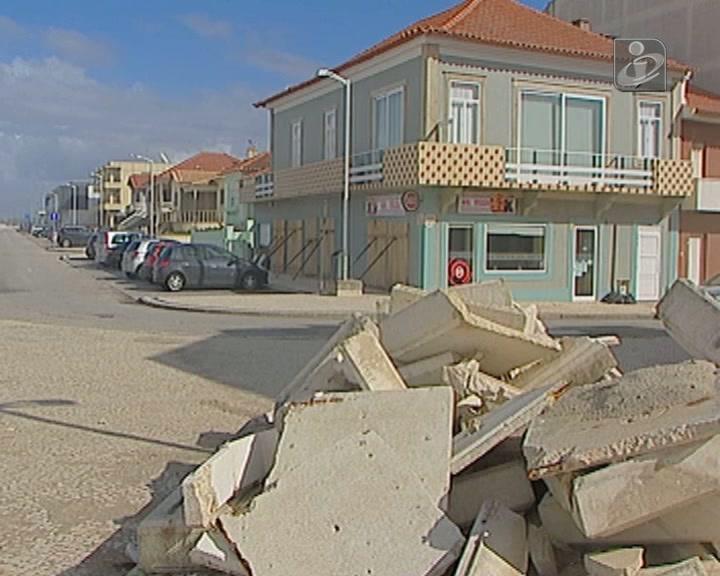 Furadouro: mar chegou aos prédios