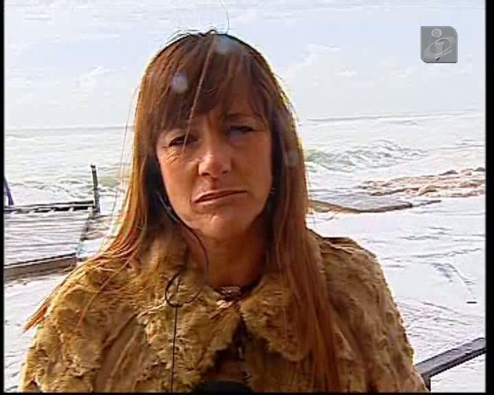Jornalista da TVI apanhada por onda na Caparica