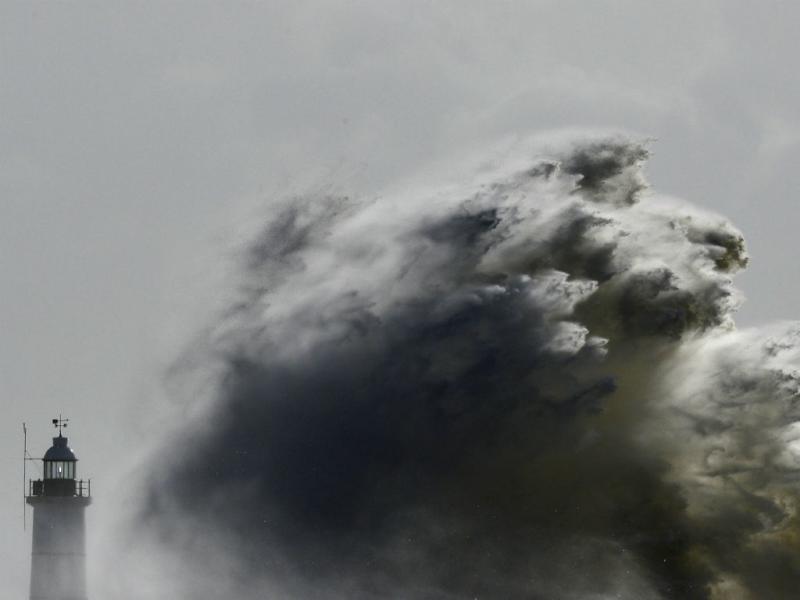 Onda gigante na Grã Bretanha (2014, Reuters)