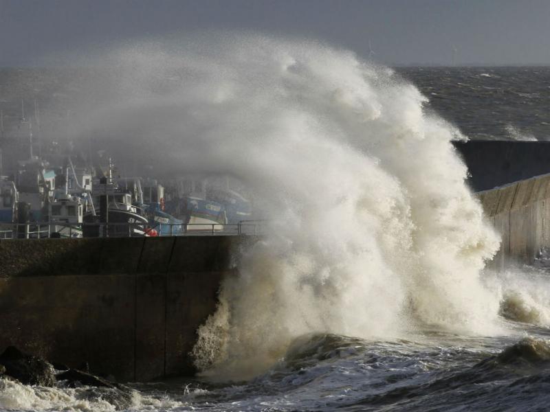 Onda gigante em França (2013, Reuters)