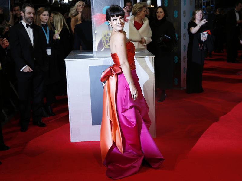 Lily Allen na passadeira vermelha da cerimónia dos prémios BAFTA (Reuters)