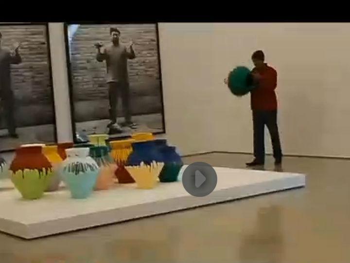 Artista destrói vaso de um milhões de dólares como protesto