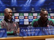 Balotelli e Seedorf: sorrisos antes do At. Madrid