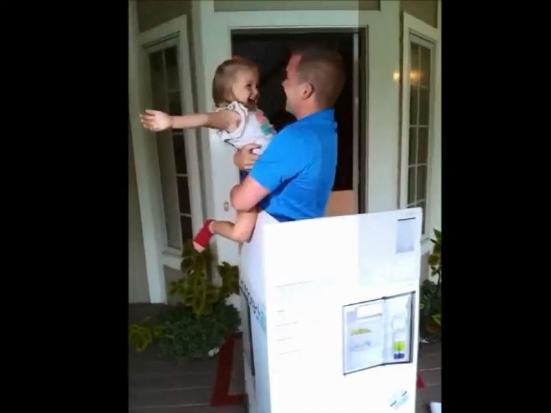 EUA: menina recebe o pai de prenda de aniversário (Reprodução Youtube)