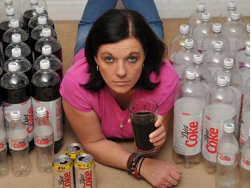 Inglesa consome cerca de 10 litros de «Diet Coke» por dia (reprodução medicaldaily)