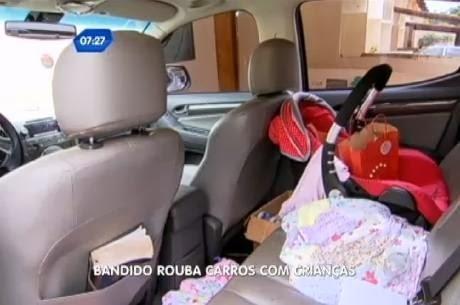 Carro roubado com duas crianças dentro (Reprodução R7)