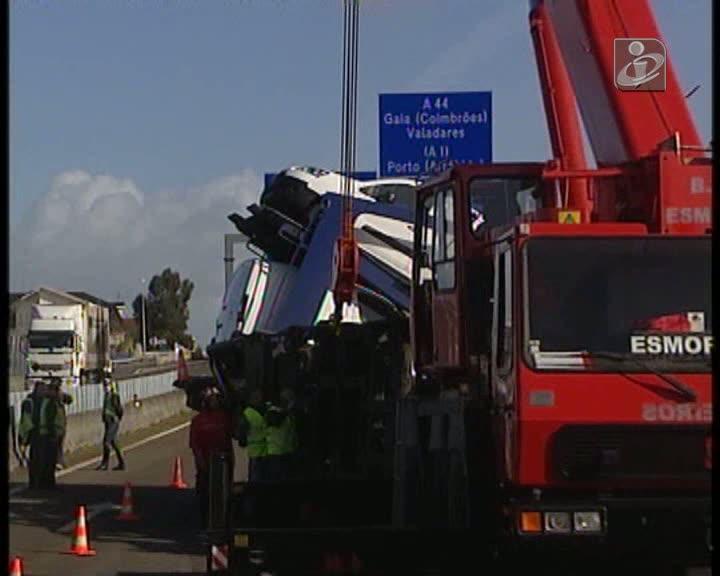 Acidente com camião carregado de automóveis na A29