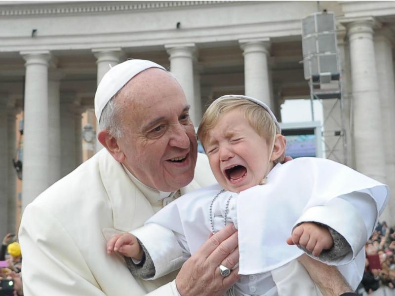 Criança chora ao ser beijada pelo Papa Francisco [EPA]