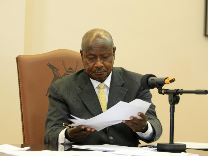 Yoweri Museveni, presidente do Uganda, durante a assinatura lei anti-gay