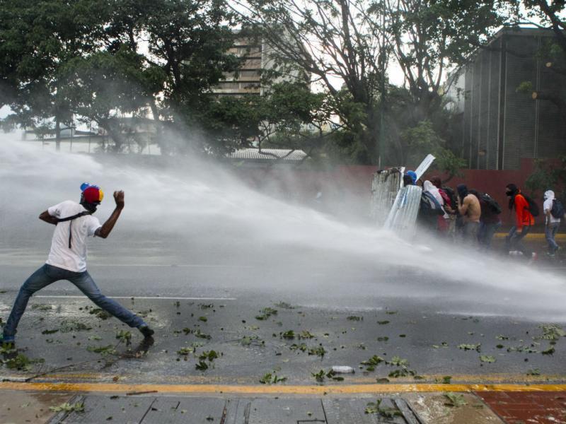 Confrontos regressam às ruas da Venezuela (EPA/MIGUEL GUTIERREZ)
