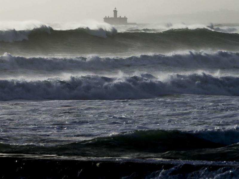 Violência das ondas na Caparica (Lusa)