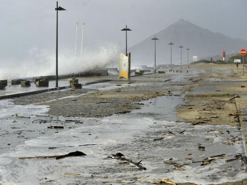 Violência das ondas em Moledo (Lusa)