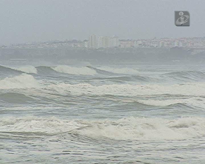 Ondas voltam a causar estragos na Costa da Caparica