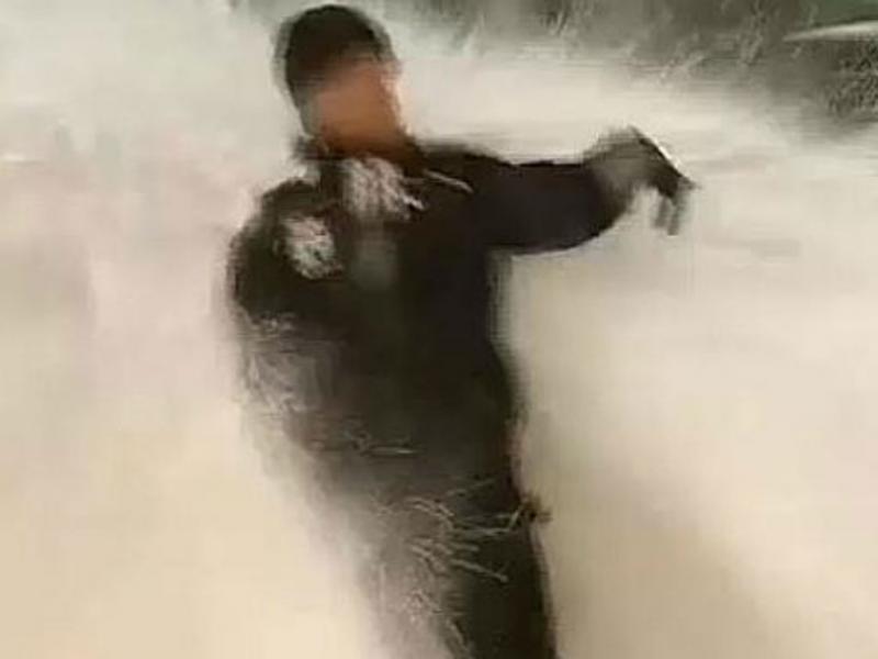 Repórter «engolido» por ondas de neve (Reprodução YouTube)