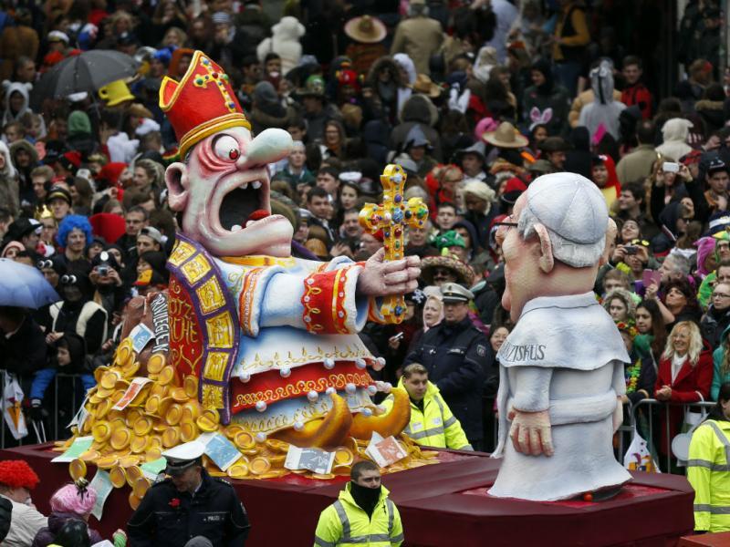 Rose Monday Parade em Duesseldorf (REUTERS/Ina Fassbende)