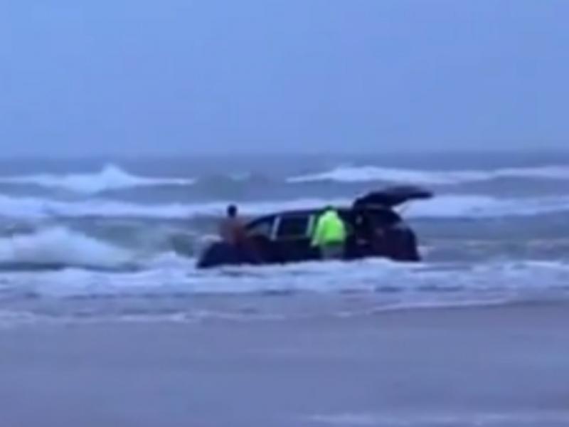 Grávida entra no oceano com carro cheio de crianças