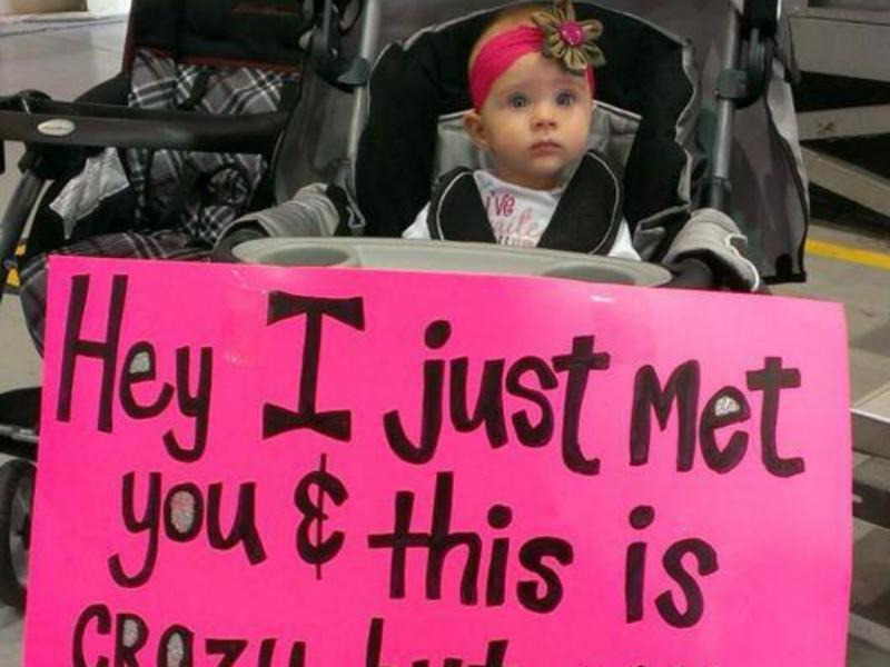 Bebé conhece o pai pela primeira vez (reprodução de yahoo news)
