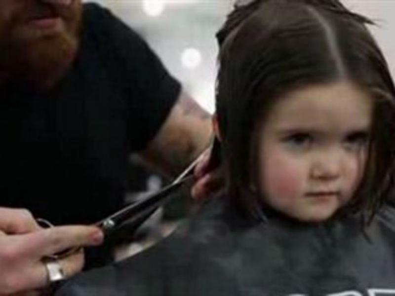 Menina emociona o mundo ao doar cabelo (Reprodução YouTube)