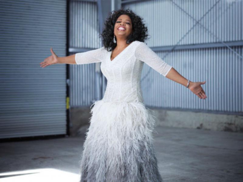 Oprah Winfrey dá vestido a fã no Twitter (Reprodução Essence)
