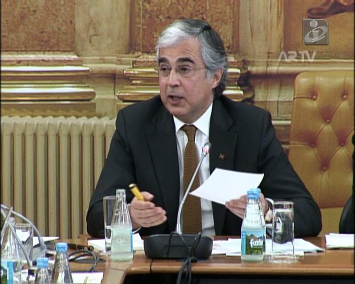 Aguiar Branco acusa anterior Governo de não ter concluído reestruturação dos ENVC