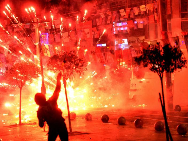 Manifestantes em Istambul, Turquia, após a morte de um rapaz de 15 anos ferido num protesto há nove meses. EPA/ERDEM SAHIN