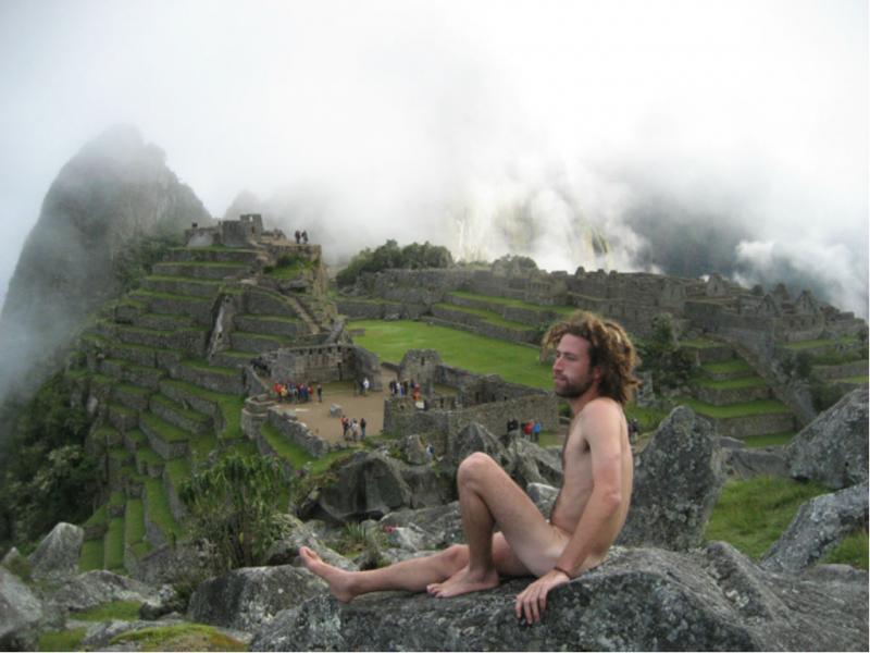 Turistas fotografam-se nus em Machu Pichu (Foto mynaketrip.com)