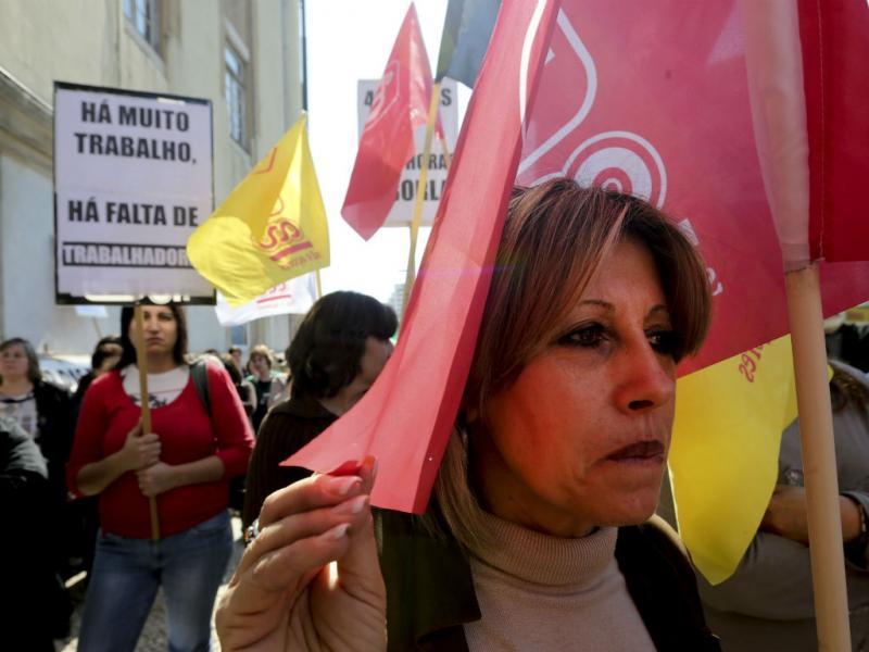 Trabalhadores do Centro Nacional de Pensões contra edifício «em ruínas» (Lusa)