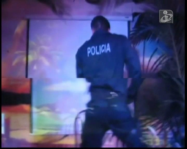 Vídeo mostra stripper com farda da PSP em bar gay