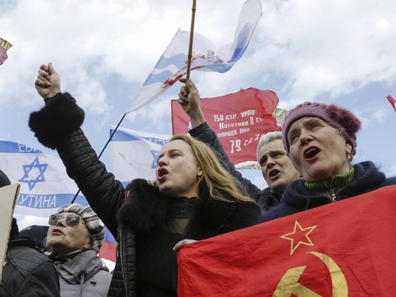 Defensores da anexação da Crimeia à Rússia (Reuters)